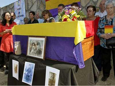 La escritora Inma Chacón lee un poema en memoria de los ocho represaliados en la guerra civil española, cuyos restos fueron enterrados el pasado tres de octubre en Casavieja (Ávila). - EFE