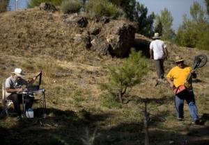 Miembros del Instituto Andaluz de Geofísica trabajan en la zona donde se cree que se encuentra enterrado el poeta . - ARSENIO ZURITA