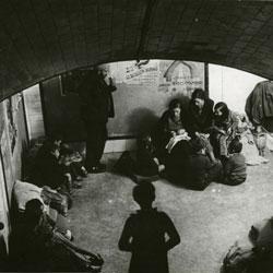 Un grupo de personas se refugia en un pasillo del metro de los bombardeos de la Guerra Civil. En la imagen de la derecha, aglomeración de viajeros en un vagón en 1978.- FOTOTECA CICR