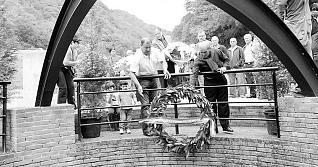 La ofrenda floral en honor de las víctimas de la Guerra Civil enterradas en el pozo Fortuna de Turón. fernando geijo