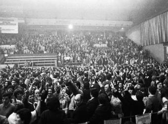 El pabellón de La Casilla de Bilbao se abarrotó hace hoy 30 años para celebrar el sí en el referéndum de autonomía.- FUNDACIÓN SABINO ARANA