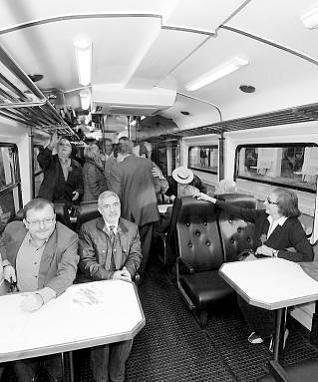 Jesús Iglesias, Gaspar Llamazares y Laura González en el vagón.  fernando geijo