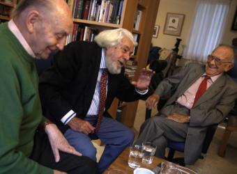 De izquierda a derecha, el poeta Marcos Ana, Teodulfo Lagunero y Santiago Carrillo en un momento de su conversación.- LUIS SEVILLANO