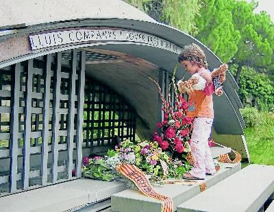 Una niña observa la tumba del president Lluís Companys, el 12 de octubre 2008. - Núria Puente