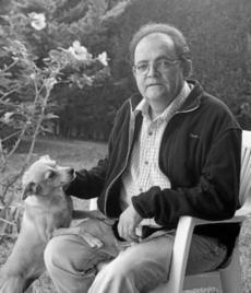 José María García Márquez en el patio de su casa de Alcalá.