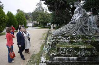 Abel Caballero y la edil Chus Lago admiran uno de los panteones de Pereiró.  Joel Martínez
