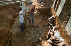 los-trabajadores-miden-la-profundidad-de-los-cuerpos-en-la-fosa-de-la-puebla-de-cazalla