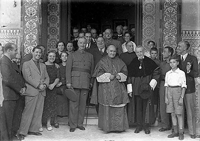 El general Queipo de Llano, en el centro, junto al obispo Pedro Segura y el rector Mota Salado. - Público