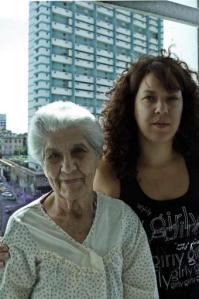 Graciana Díez y su nieta Ivón Otero, en su apartamento de La Habana.- JOSÉ GOITIA