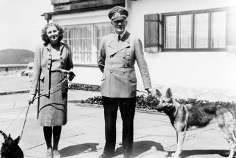 Eva Braun y Adolf Hitler con sus perros en 1942.- ADN-ZB ARCHIV