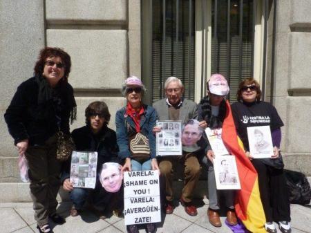 Miembros y amigos de La Memoria Viv@ esta mañana frente al CGPJ.