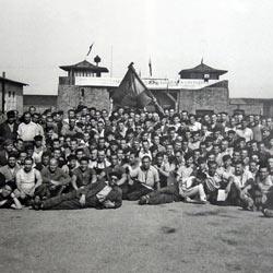 Presos españoles en el campo de concentración de Mauthausen, en mayo de 1945, tras su liberación.-