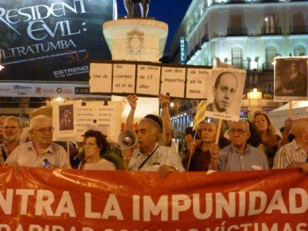 Cabecera de la concentración con la pancarta reivindicativa, portada por compañeros de la plataforma Contra la Impunidad