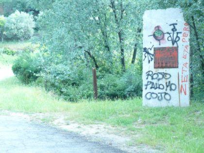 Monolito mancillado en Poyales del Hoyo en memoria de las tres mujeres fusiladas en 1936 y exhumadas en 2002 / Fuente: La memoria viva