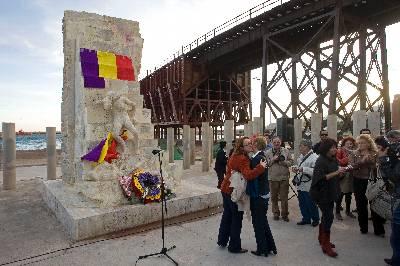 Ofrenda floral ante el monumento en memoria de las víctimas del holocausto, en Almería, junto al que cerca de 200 personas participan en un acto de homenaje a las víctimas del holocausto nazi, en el que se ha recordado a los 142 almerienses que perdieron la vida en el campo de concentración de Mauthausen, donde fallecieron más de 6.000 españoles, 1.500 de ellos andaluces.EFE