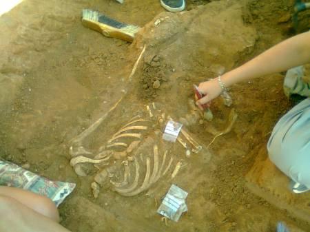 primer cadáver encontrado en la fosa buscada de Calera y Chozas.( Toledo). Foto AFAREDES