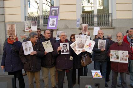 Fausto en medio de compañeros portando fotos de  Nuestros desaparecidos delante del TS