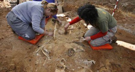 Arqueólogos en la exhumación de una fosa en Cazalla de la Sierra, en Sevilla. / javier barbancho