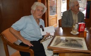 11 octubre 2008. Esperando la entrada aun acto memorialista en Arenas de San Pedro. Sobre la mesa el retrato de sus padres.  ( Foto PV. RdC R)